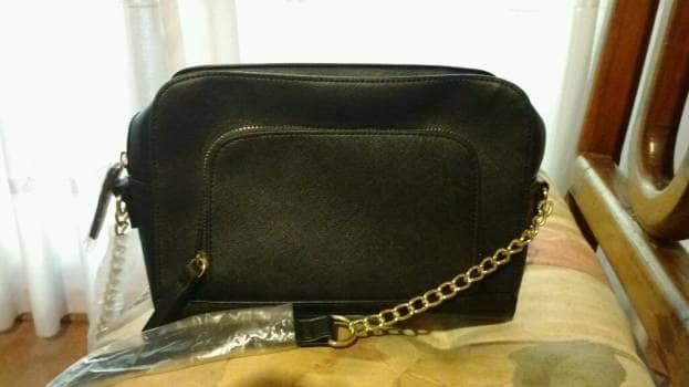 Bolsa cruzada negra nueva con cadena color oro
