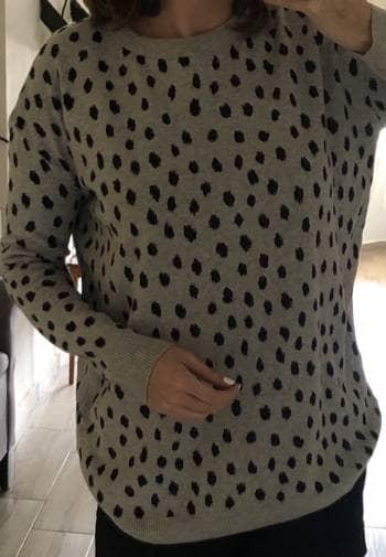 Sueter gris con puntos negros