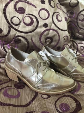 Zapatos dorados oficina
