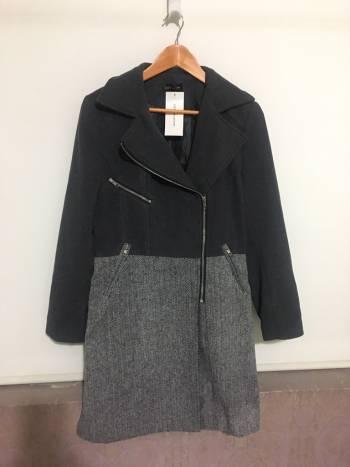 Abrigo con cierre gris