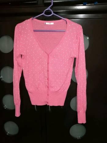 Suéter rosa con estampado de puntos