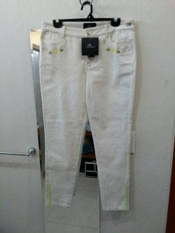 Jeans blancos bordados coloridos