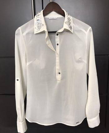 Blusa con aplicaciones en el cuello