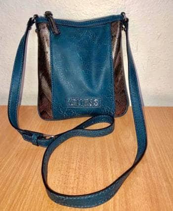 ece94cfa Bolsa pequeña marca Guess color azul acero - GoTrendier - 1390612