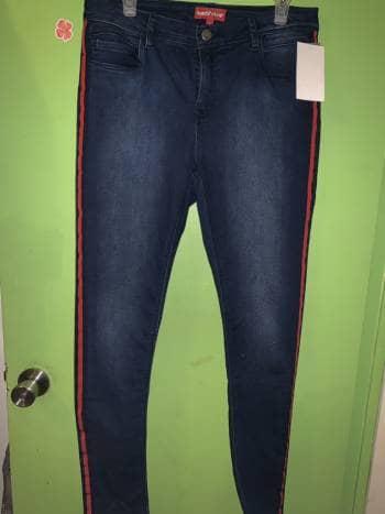 Pantalon con raya roja