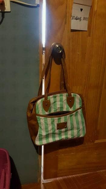 Bolsa de mano color miel con verde aqua y blanco