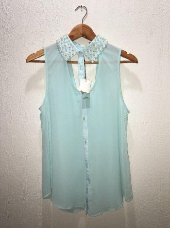 Blusa azul pastel con perlas