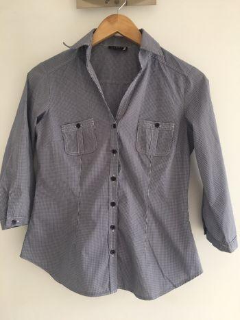 Camisa de azul y blanco