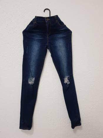 Jeans de mezclilla rotos