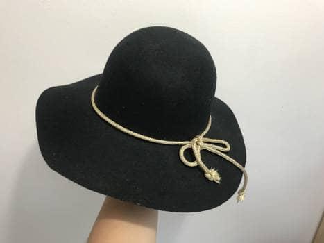 Sombrero negro con lazo dorado