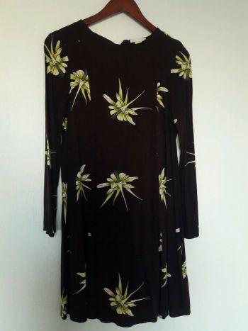 Vestido color vino con estampado de orquideas