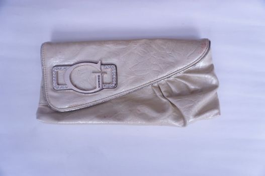 Bolso tipo clutch Guess