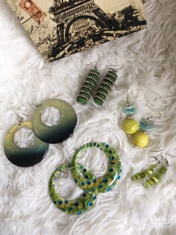 5 pares de aretes verde