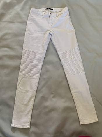 Jeans blancos con detalles en la rodilla