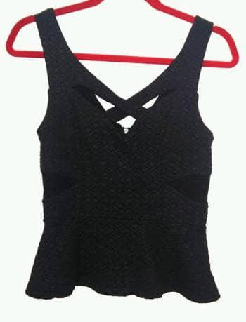 Blusa negra con escote cruzado