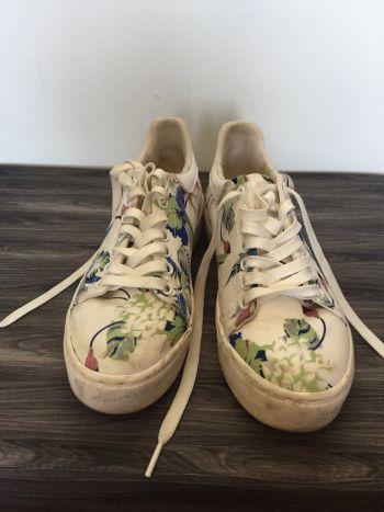Tenis blancos de flores