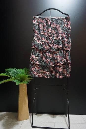 Blusa strapless de olanes floreada