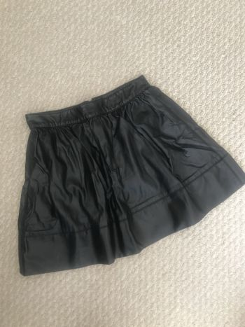 Falda tipo piel negra