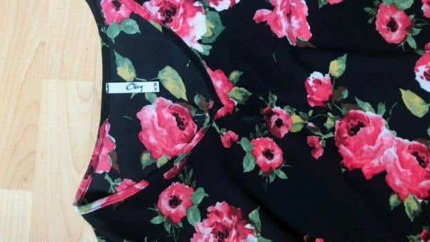 Blusa negra con estampado floral