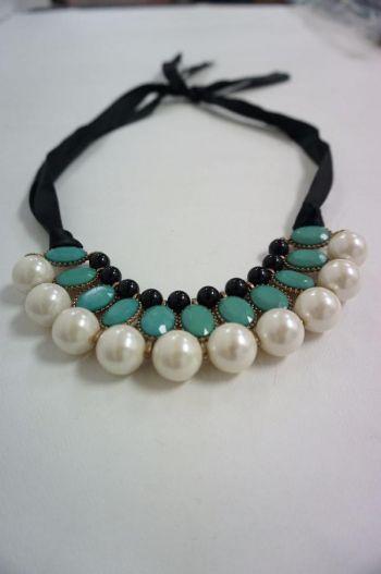 Collar con perlas blancas.