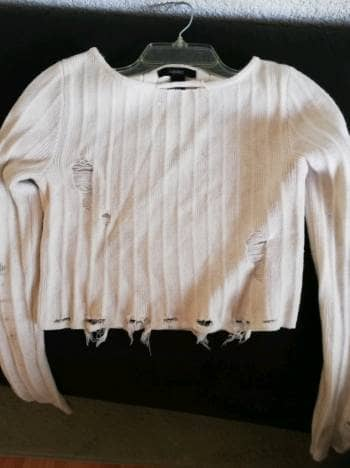 Sweater blanco estilo ripped Forever21