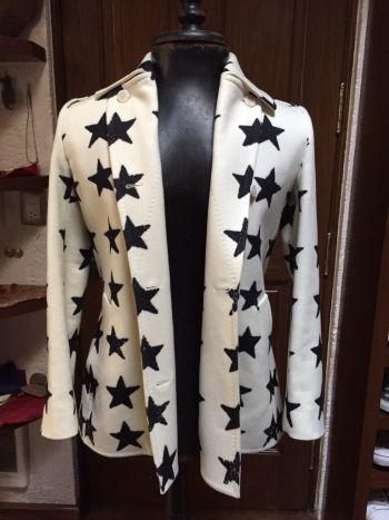 Abrigo de estrellas blanco y negro