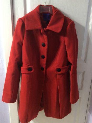 Abrigo rojo Forever 21