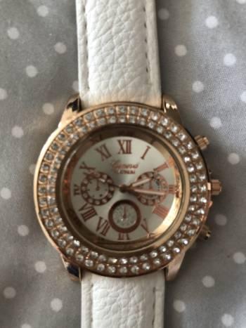 Reloj blanco con brillantes