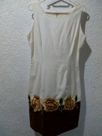 Vestido de lino beige con detalle bordados