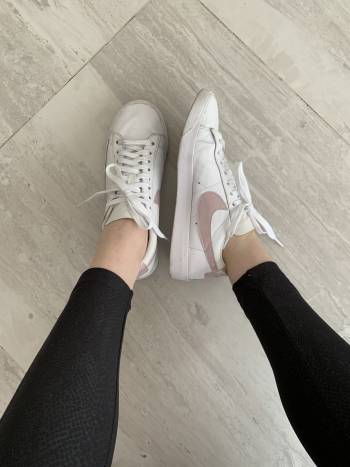 Tenis Nike blanco con rosa